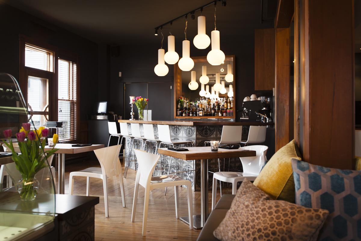 Le Pleasant, Hôtel et café